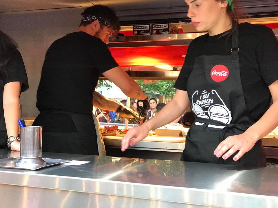 Burger από τα χέρια του Άκη Πετρετζίκη στην κεντρική πλατεία της Καλαμάτας!