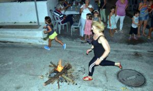 Οι Μικρασιάτες αναβίωσαν το έθιμο του Αη Γιάννη του Κλήδονα στα Προσφυγικά