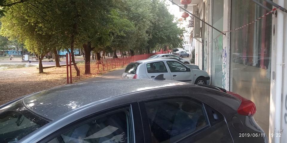 Όταν το πεζοδρόμιο γίνεται…πάρκινγκ