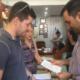 Με αρχαίο νόμισμα της Κυπαρισσίας βράβευσε ο Εμπορικός Σύλλογος τον Χαρίτση για τη στήριξη της επιχειρηματικότητας