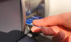 Διπλασιάζεται το κόστος αναλήψεων από ΑΤΜ άλλης τράπεζας