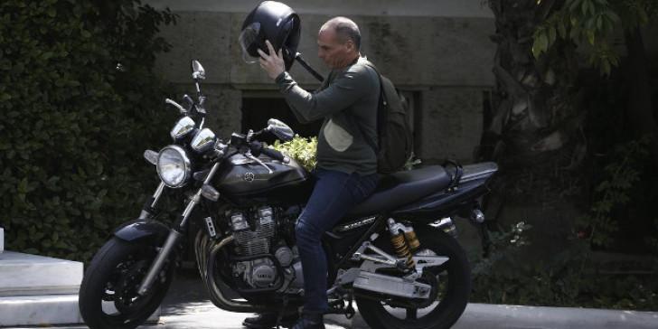 Βαρουφάκης: Στην Καλαμάτα από την Αθήνα με τη μηχανή του!