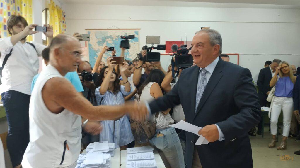Χωρίς δηλώσεις ψήφισε ο Καραμανλής
