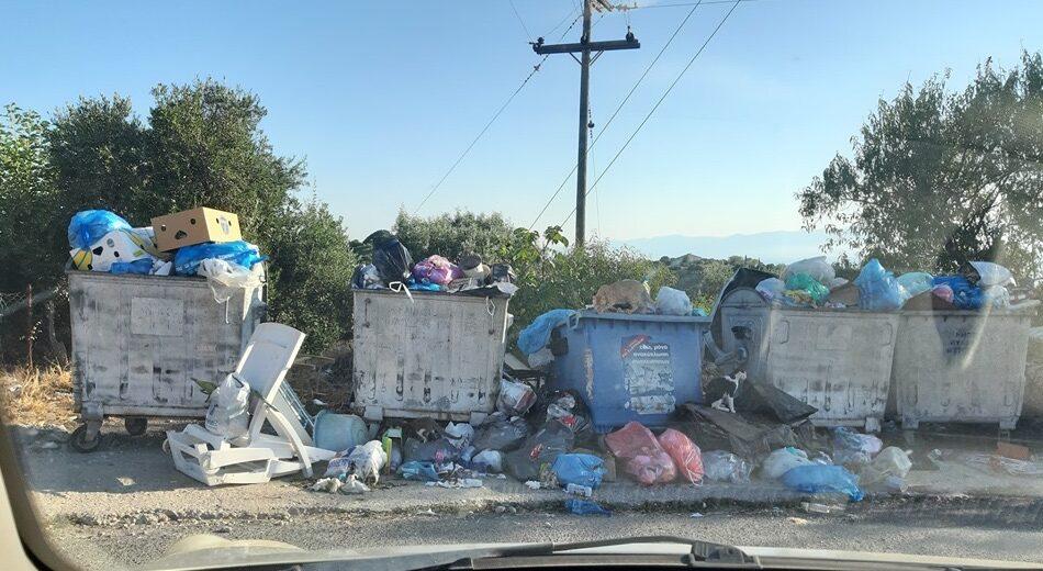 """""""Βουνά"""" τα σκουπίδια και στη Χρυσοκελλαριά"""