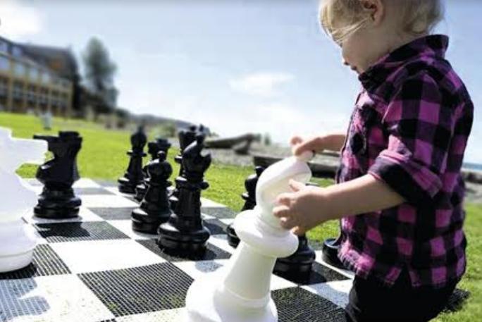 Σκάκι για παιδιά στη μικρή πλατεία Μεσσήνης την Παρασκευή