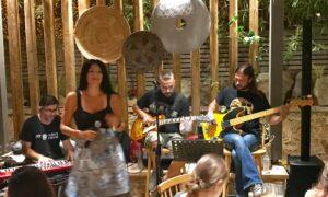"""Tikla: """"Μάγεψε"""" με τη μελωδική της φωνή η μανιάτισσα Ζωή Μουράτογλου με τους Mood Swings"""