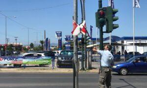 """Η Δημοτική Αστυνομία """"ξηλώνει"""" τις παράνομες αφίσες"""