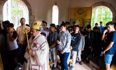 Θεία λειτουργία στο εκκλησάκι της Αγίας Αικατερίνης στην κατασκήνωση της Μητρόπολης