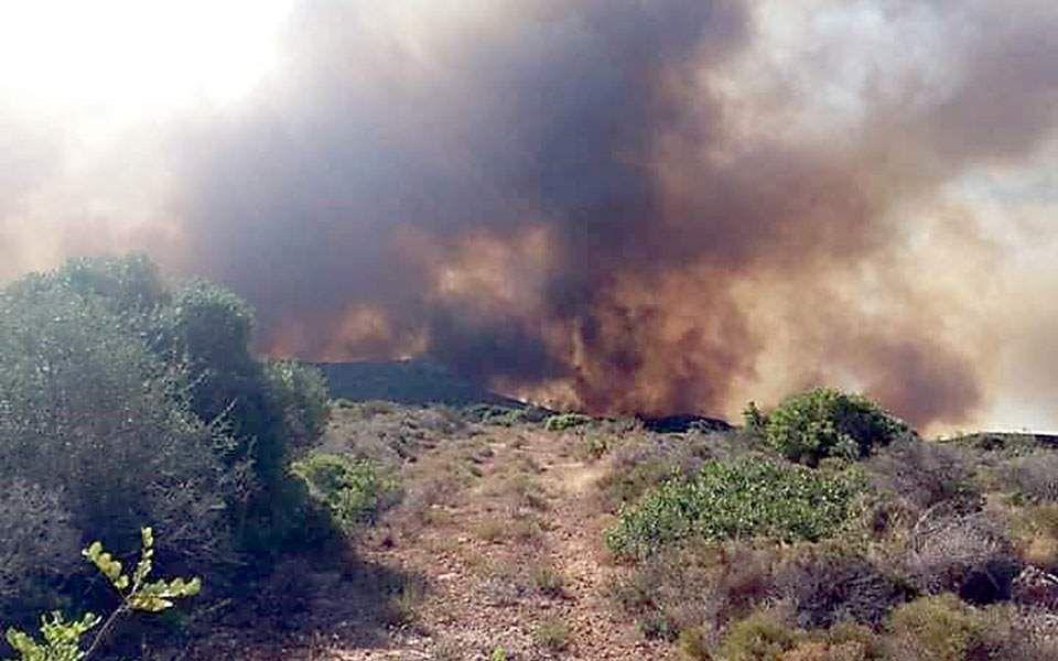 Αναζωπυρώθηκε η φωτιά στην Ελαφόνησο – Ξέσπασε και δεύτερο μέτωπο (βίντεο)