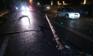 Ξαφνικό μπουρίνι έριξε ξύλινη κολώνα στη μέση του δρόμου στη Μεσσήνη!