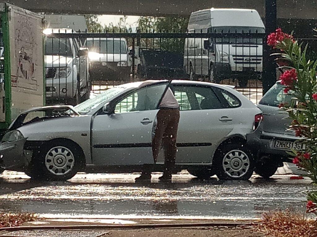 Τροχαίο στη Νέα Είσοδο Καλαμάτας λόγω βροχής και τριπλή καραμπόλα! 2 τραυματίες στο Νοσοκομείο