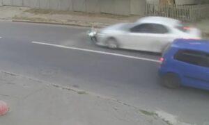 Είχε Άγιο! Αυτοκίνητο πέφτει πάνω σε πιτσιρικά και τον εκτοξεύει μέτρα μακριά, αλλά σηκώθηκε χωρίς γρατζουνιά (βίντεο)
