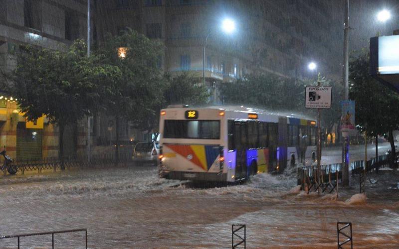 ΚΑΚΟΚΑΙΡΙΑ: Ισχυρή χαλαζόπτωση σε Τρίκαλα και Ιωάννινα – Ποτάμια οι δρόμοι στη Θεσσαλονίκη