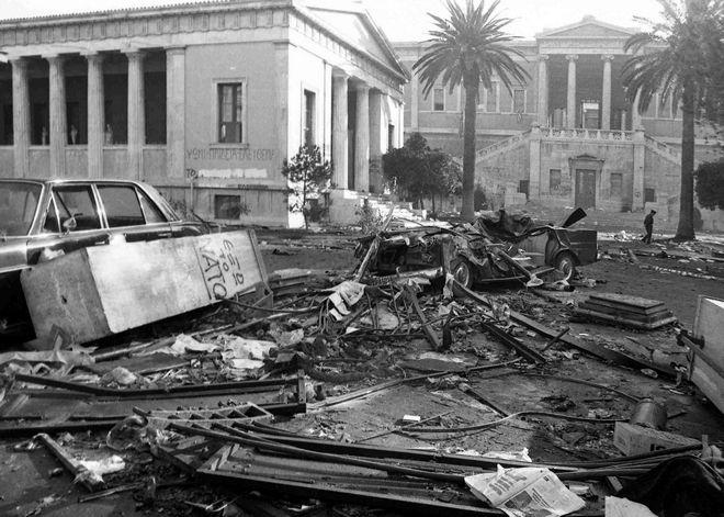 """Πολυτεχνείο: Τα έξι καρέ του Αριστοτέλη Σαρρηκώστα που """"αιχμαλώτισαν"""" τη χούντα"""