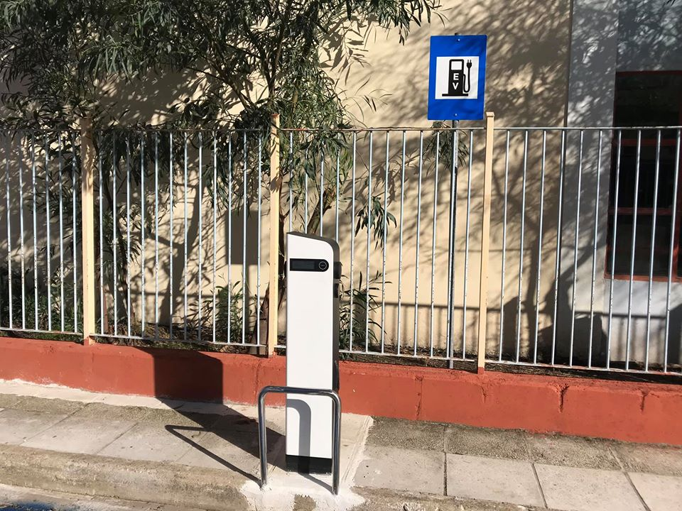 Κοινότητα Καλαμάτας: Σε Δημοτικό Πάρκινγκ να μεταφερθεί ο σταθμός φόρτισης ηλεκτρικών οχημάτων που είναι έξω από το 24ο Δημοτικό