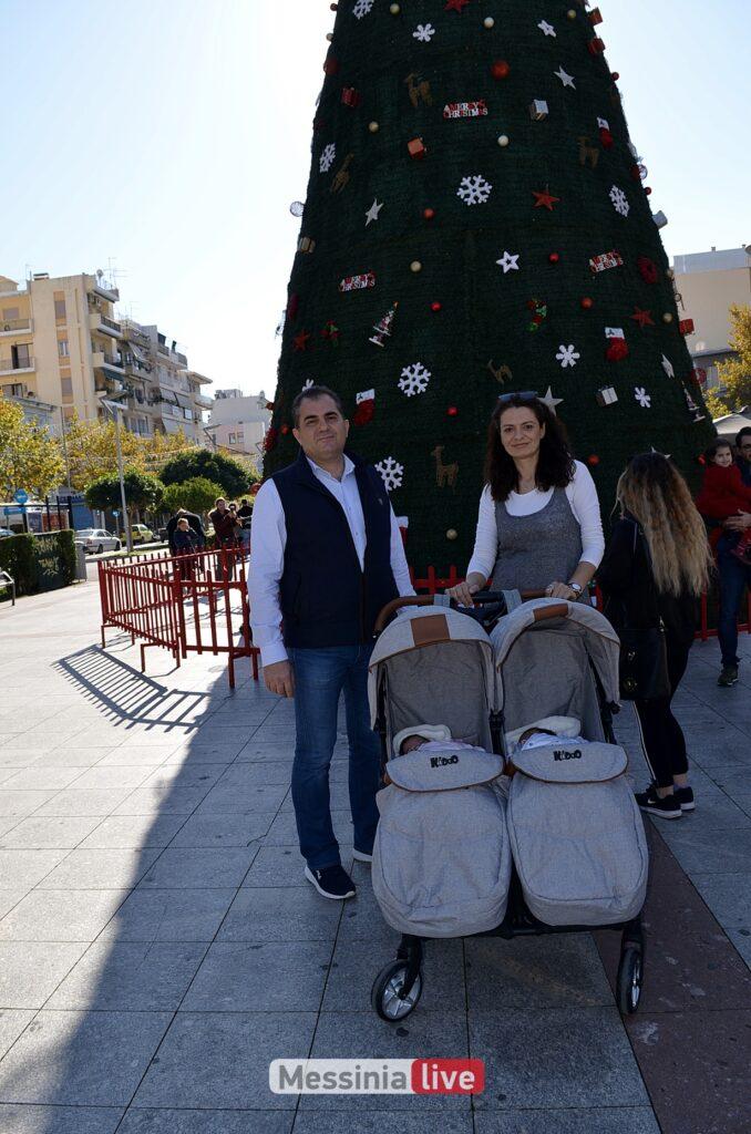 Xριστουγεννιάτικη βόλτα στην πλατεία για τον Δήμαρχο και τα δίδυμα!