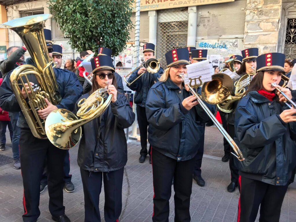 Κάλαντα Πρωτοχρονιάς από τη Δημοτική Φιλαρμονική και τη χορωδία της Β΄ Λέσχης Φιλίας στην Αριστομένους