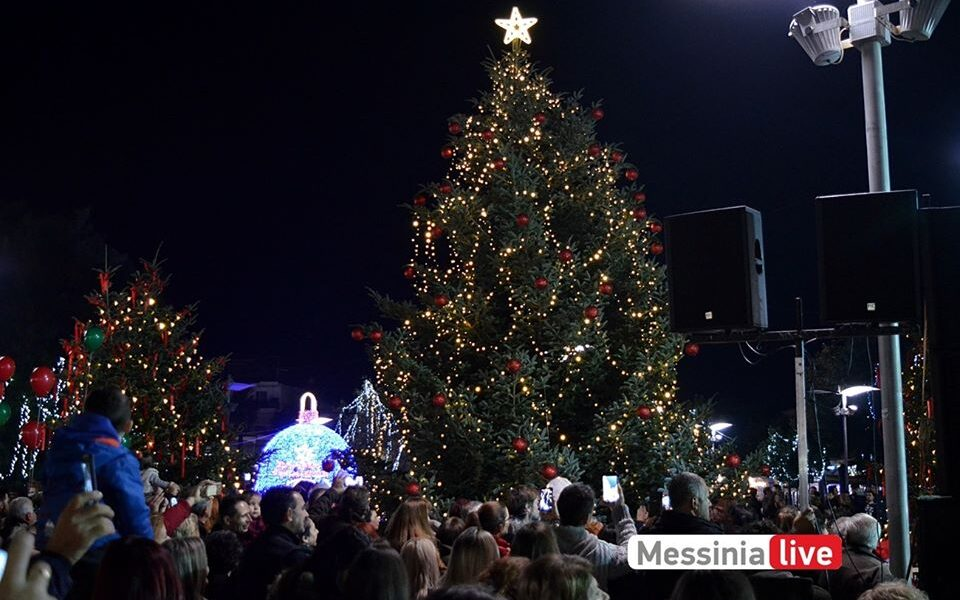 Δήμος Μεσσήνης: Με πλούσιο πρόγραμμα και με γεμάτη την πλατεία φωταγωγήθηκε το Χριστουγεννιάτικο δέντρο