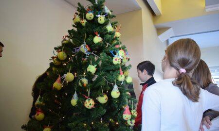 ΤΕΝΙΣ: Άναψε το Χριστουγεννιάτικο δέντρο στον ΟΑ Καλαμάτας