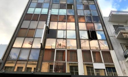 Oι θυελλώδεις άνεμοι έσπασαν τη γυάλινη πρόσοψη κτηρίου στην Αριστομένους-Παρέμβαση από την Πυροσβεστική