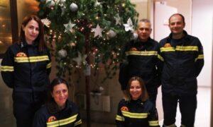 Πυροσβεστική Καλαμάτας: Στόλισε το χριστουγεννιάτικο δέντρο της και δίνει οδηγίες για ασφαλή στολισμό!