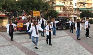 8ο Καλαματιανό Καρναβάλι: Κάλεσμα από τον ντελάλη για τα εγκαίνια του Καρναβαλοχωριού με συρτάκι!