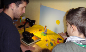 Δημοτικό Σχολείο Λεΐκων: Τα παιδιά φτιάχνουν το δικό τους animation-βίντεο με τις οδηγίες του κινηματογραφιστή Thomas Künstler