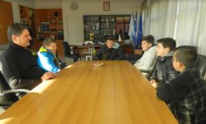 Χλοοτάπητα και περίφραξη για το γήπεδο ποδοσφαίρου του χωριού τους ζήτησαν μαθητές Γυμνασίου από τον Δήμαρχο Μεσσήνης