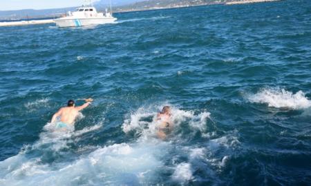 Πύλος: Γιόρτασαν τα Θεοφάνεια αψηφώντας το κρύο και βούτηξαν στη φουρτουνιασμένη θάλασσα