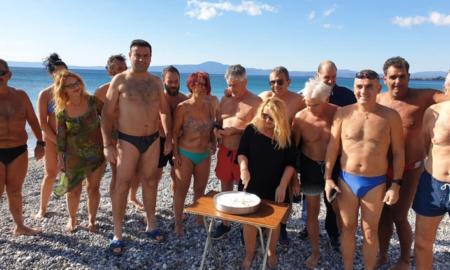 Έκοψαν στην παραλία Καλαμάτας τη βασιλόπιτά τους οι χειμερινοί κολυμβητές
