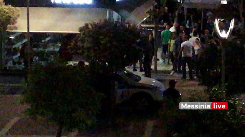 Συμπλοκή με αστυνομικούς έξω από καφετέρια: Ρίψη αντικειμένων και αποδοκιμασίες[video]